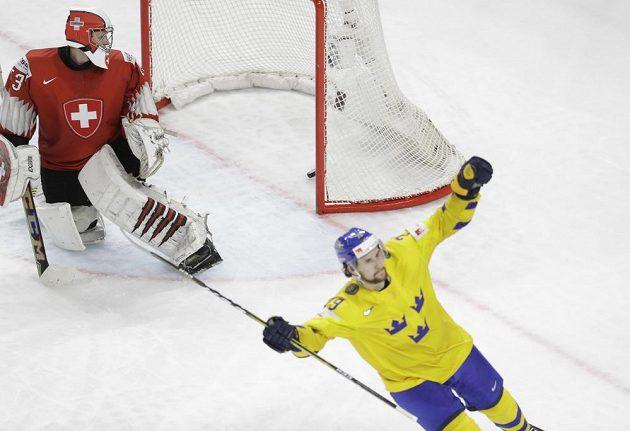 Filip Forsberg oslavuje proměněný nájezd, nakonec byl rozhodující a Švédové slaví jedenáctý titul mistrů světa.