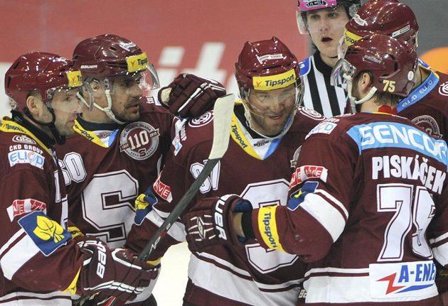 Sparťan Petr Ton (uprostřed) oslavuje se spoluhráči ze Sparty gól vstřelený Vítkovicím.