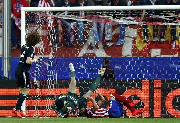 Gólman Chelsea Petr Čech při kolizi s hráčem Atlétika Madrid Raulem Garciou, po němž musel český hráč kvůli zranění střídat.