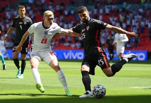 Anglický fotbalista Phil Foden brání během zápasu EURO 2021 v rozehrávce soupeři z Chorvatska.