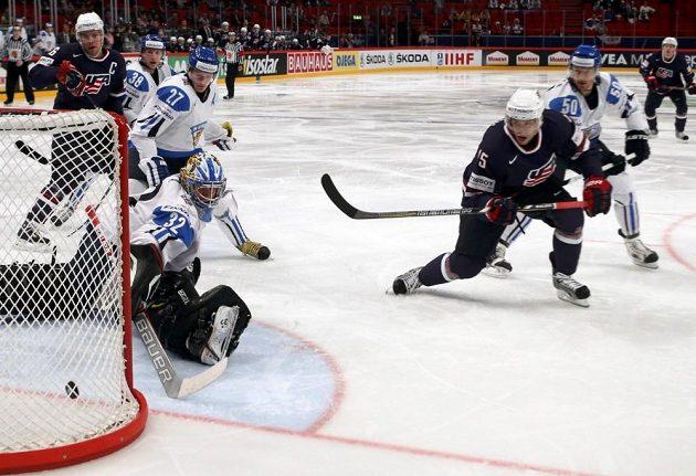 Americký útočník Craig Smith (třetí zprava) střílí gól do sítě Finska.