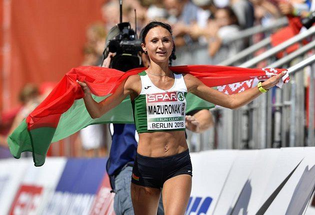 Běloruská hrdinka Volha Mazuronaková v cíli maratónu na mistrovství Evropy.