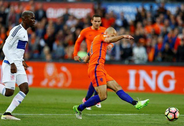 Nizozemec Arjen Robben střílí gól do sítě Lucemburska v kvalifikaci o postup na MS 2018.