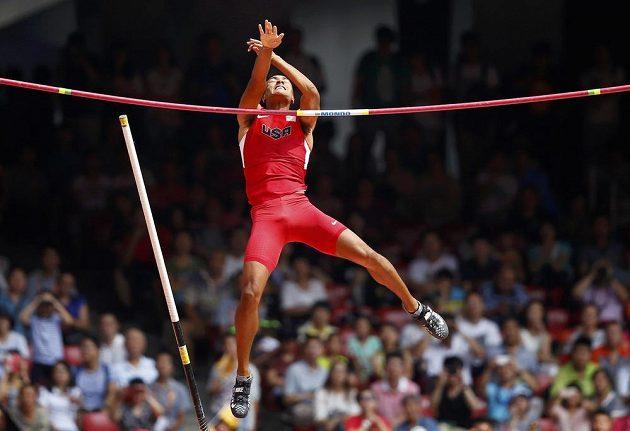 Americký desetibojař Ashton Eaton překonává laťku při skoku o tyči na mistrovství světa v atletice v Pekingu.