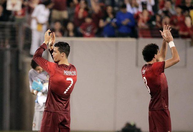 Cristiano Ronaldo (vlevo) a Pepe děkují fanouškům po duelu proti Irsku.