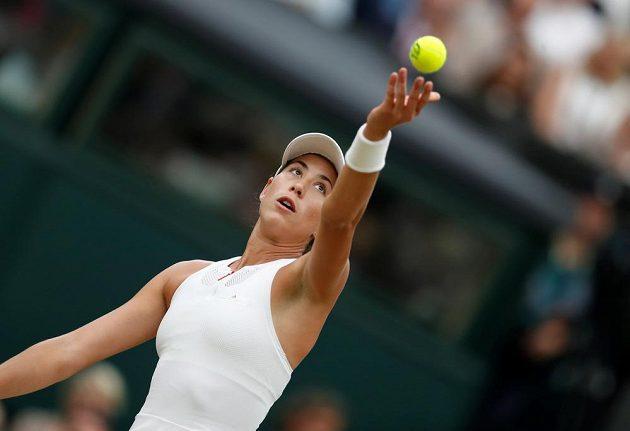 Garbiňe Muguruzaová servíruje ve finále Wimbledonu s Venus Williamsovou.