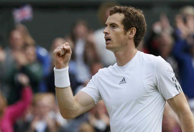 Brit Andy Murray se raduje z postupu do semifinále Wimbledonu.