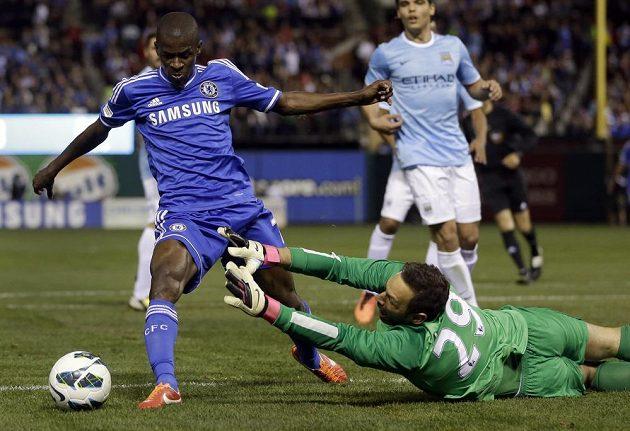Gólman Manchesteru City Richard Wright se v exhibičním utkání v USA snaží zastavit Ramirese z Chelsea.
