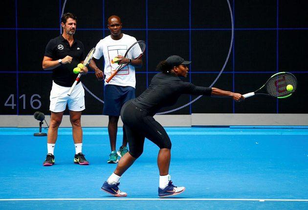 Serena Williamsová při tréninku před Australian Open v Melbourne pod dohledem trenéra Patricka Mouratogloua (vlevo).