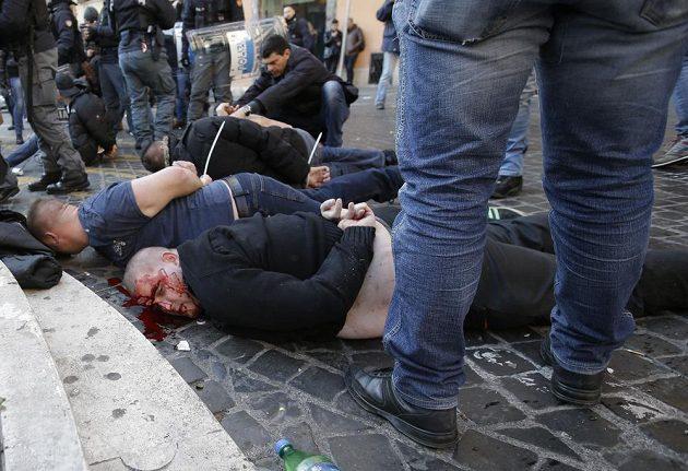 Střet fanoušků Feyenoordu s italskou policicí v Římě před zápasem fotbalové EL skončil krvavě.