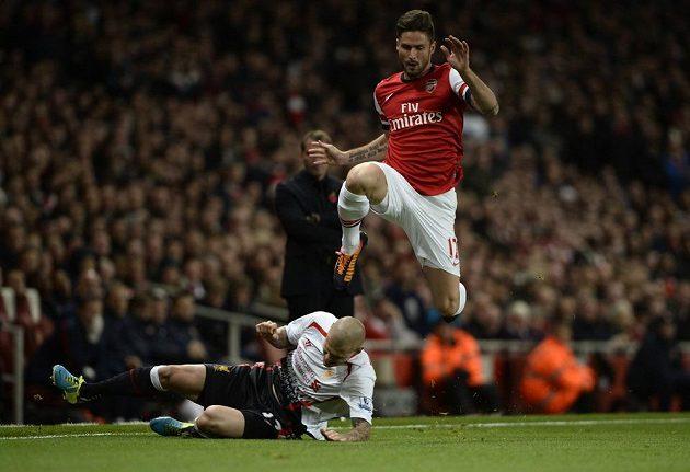 Útočník Arsenalu Giroud nadskočil při zákroku Slováka Škrtela.