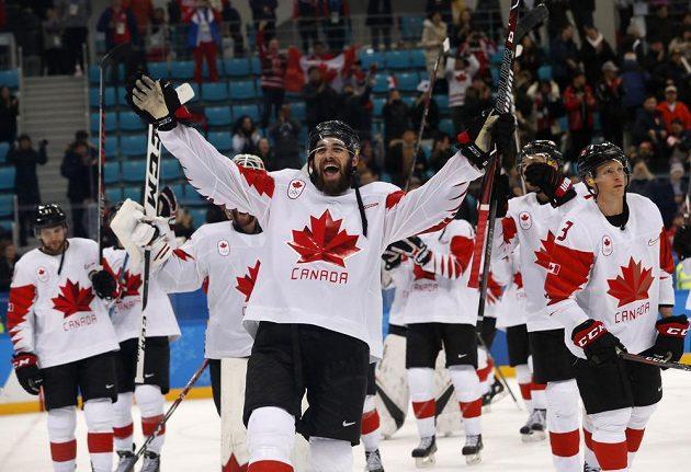Hokejisté Kanady oslavují bronzové medaile, ve středu Eric O'Dell.