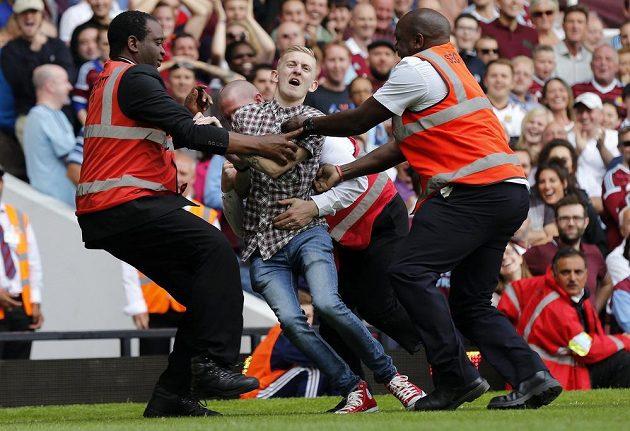 Neukázněný fanoušek se při zápasu Tottenhamu s West Hamem dostal do péče bezpečnostní služby.