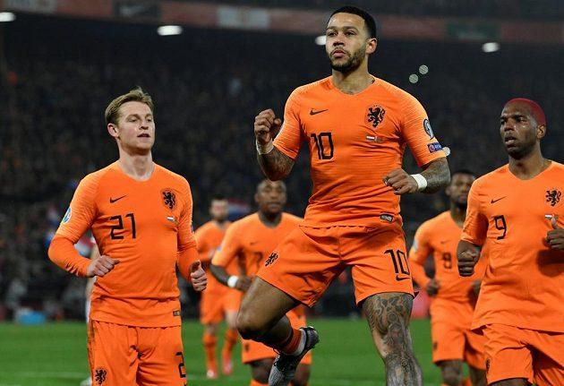 Nizozemský fotbalista Memphis Depay slaví gól v síti Běloruska v kvalifikaci o postup na EURO 2020.