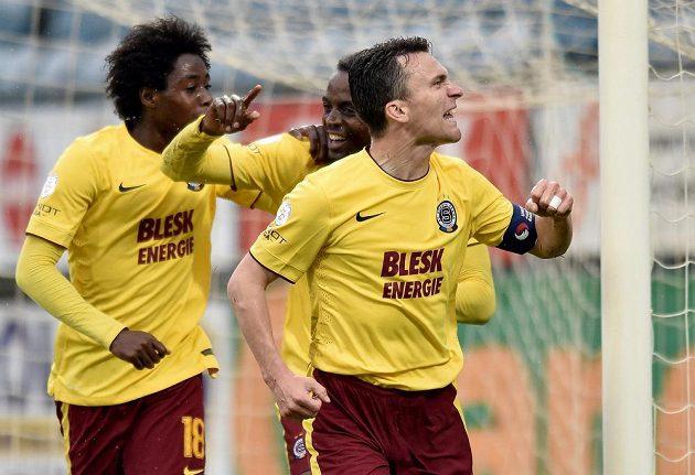 Sparťané David Lafata (vpravo), Costa a Tiémoko Konaté (vlevo) oslavují gól na 2:0 proti Českým Budějovicím.