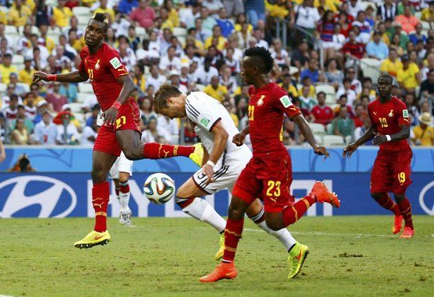 Mario Götze (v bílém) odhlavičkoval míč do vlastního kolene, od nějž se odrazil do sítě Ghany.