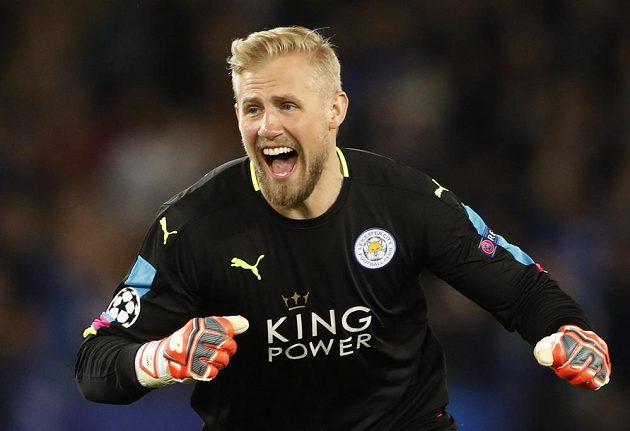 Brankář Leicesteru City Kasper Schmeichel jásá po gólu spoluhráče Wes Morgana proti Seville.
