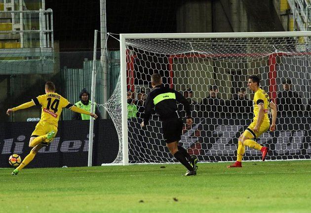 Jakub Jankto (vlevo) z Udine dává jeden ze svých gólů proti Crotone.