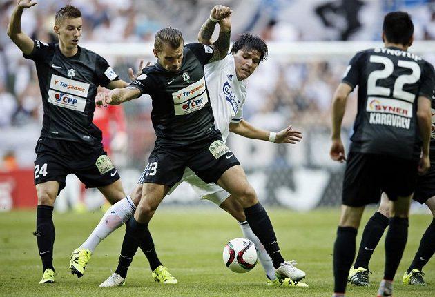 Takhle si jablonečtí hráči Ján Greguš (vlevo) a Vít Beneš poradili s Federikem Santanderem z Kodaně.