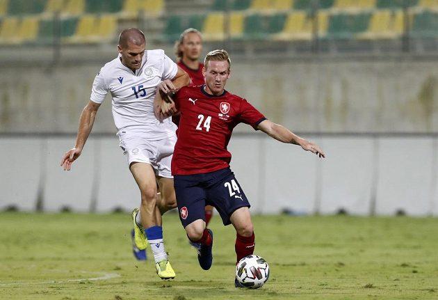 Petra Ševčíka se snaží zastavit Alexander Gogic z Kypru.