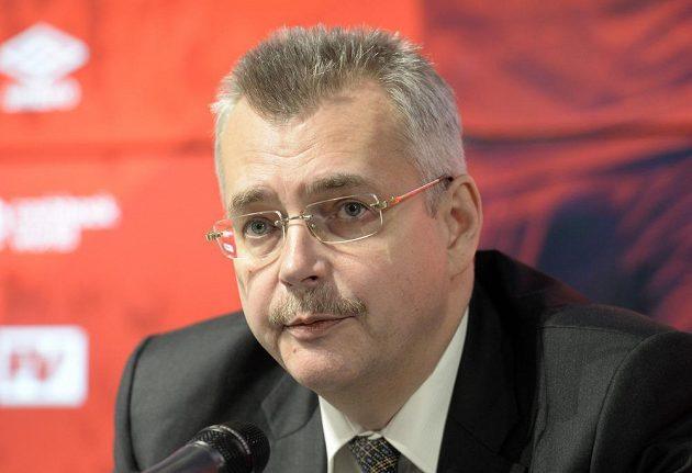 Předseda představenstva fotbalové Slavie Jaroslav Tvrdík nové posily Petra Ševčíka a Lukáše Masopusta. Oba záložníci podepsali v Edenu smlouvy na tři a půl roku.