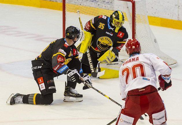 Zleva Uvis Janis Balinskis z Litvínova, brankář Litvínova Denis Godla a Petr Vrána z Třince, který střílí gól.