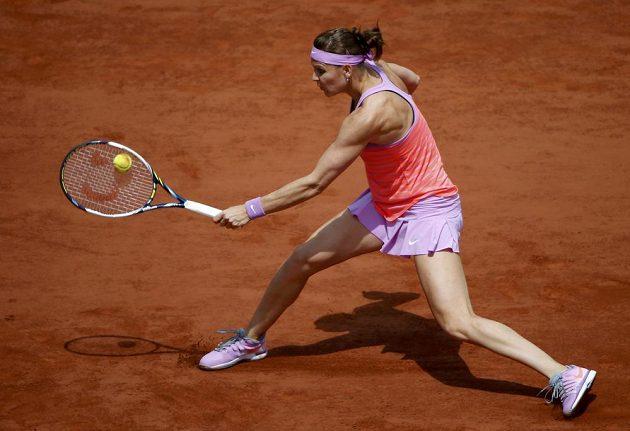 Lucie Šafářová během čtvrtfinálového zápasu Roland Garros se Španělkou Garbiňe Muguruzaovou.