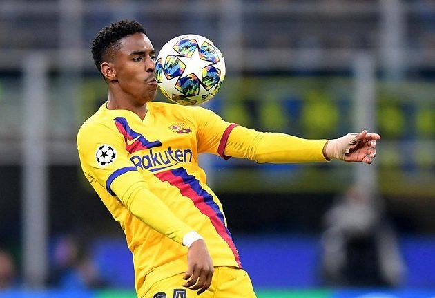 Junior Firpo z Barcelony si zpracovává míč.