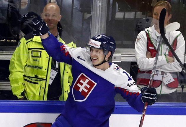 Slovák David Bondra slaví gól proti Francii.