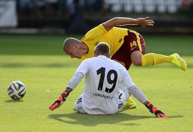 Útočník Sparty Martin Nešpor v souboji s brankářem Bohemians Jiřím Havránkem, po kterém Nešpor vstřelil gól.