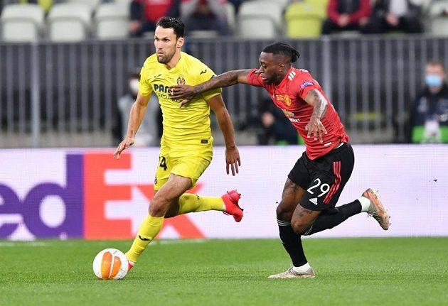 Aaron Wan-Bissaka z Manchesteru United s snaží zastavit Alfonsa Pedraza z Villarrealu