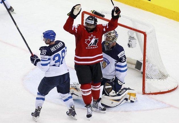 Kanadský útočník Joel Ward jásá poté, co jeho spoluhráč Mark Scheifele (není na snímku) podruhé překonal Pekku Rinneho ve finské brance.