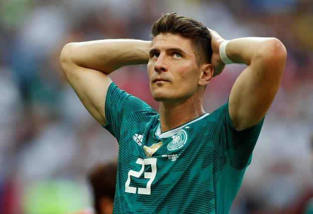 Německý fotbalista Mario Gomez neskrývá zklamání. Obhájci titulu se loučí s MS 2018 už po základní skupině.