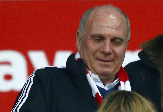 Bývalý prezident fotbalového Bayern Uli Hoeness na tribuně příliš mnoho radosti po propuštění z vězení neměl.