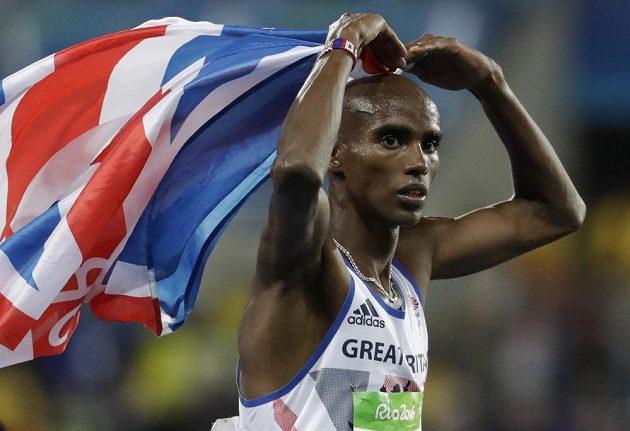 Víěz běhu na deset tisíc metrů Mo Farah z Británie oslavuje vítězství svým pověstným srdcem.