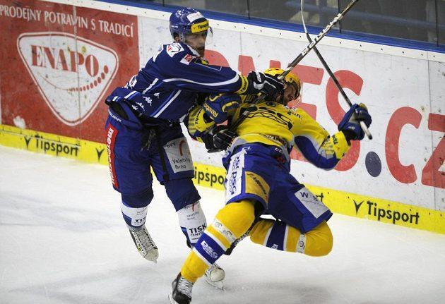 Tomáš Dujsík z Brna (vlevo) a Jiří Ondráček ze Zlína v úvodním finálovém duelu play off extraligy.