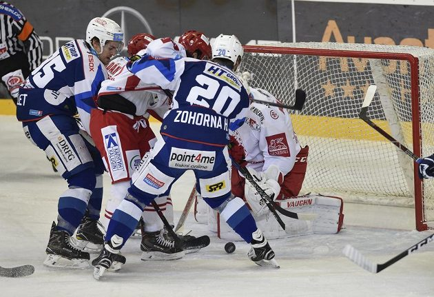 Závar přeb brankou třineckého Petera Hamerlíka v utkání 27. kola hokejové extraligy, kdy byla soupeřem Ocelářů brněnská Kometa.
