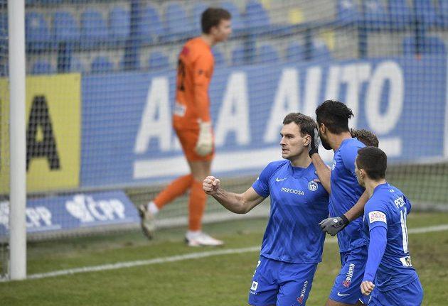 Fotbalisté Liberce se radují z gólu, který z penalty vstřelil Michael Rabušic (vlevo).