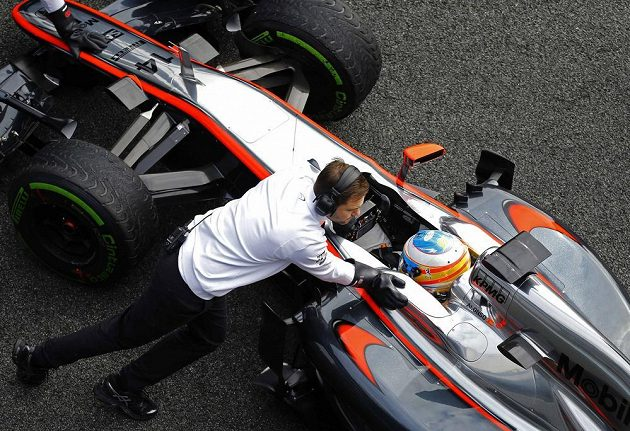 Fernando Alonso v Jerezu před boxy své stáje McLaren.