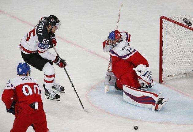 Český brankář Petr Mrázek čelí šanci, kterou měl v utkání mistrovství světa Kanaďan Mark Scheifele.