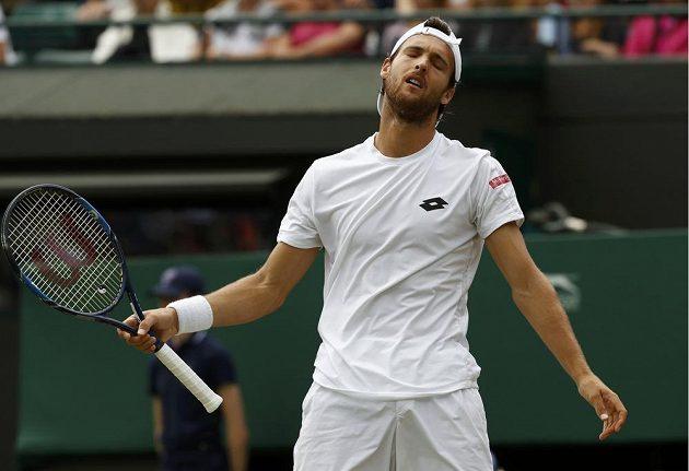 Zklamaný výraz v obličeji Portugalce Joaa Sousy, který ve třetím kole Wimbledonu prohrál s Jiřím Veselým.