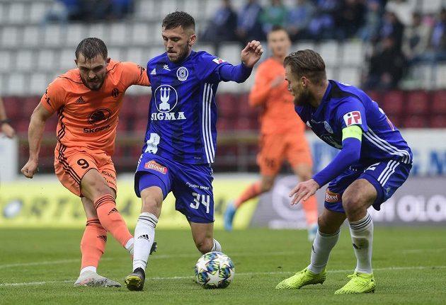 Tomáš Ladra z Boleslavi, Lukáš Greššák a Jan Štěrba, oba z Olomouce v akci během utkání nejvyšší soutěže.