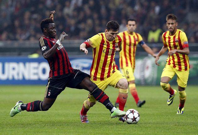 Lionela Messiho (druhý zleva) se snaží zstavit Sulley Muntari z AC Milán.