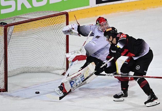 Hokejista Zdeněk Doležal ze Sparty střílí gól brankáři Bremerhavenu Maximilianu Franzrebovi v utkání Ligy mistrů.