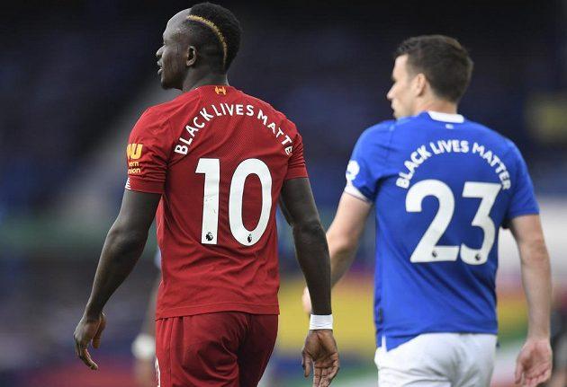 Útočník Liverpoolu Sadio Mané se na začátku derby s Evertonem hodně divil. Zapomněl totiž na dohodnuté gesto Black Lives Matter.