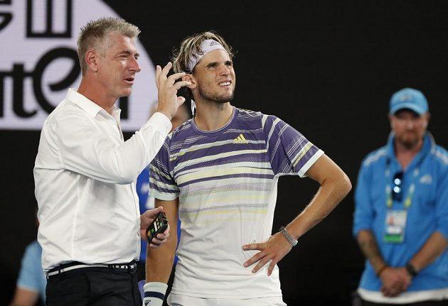 Umpirový rozhodčí John Blom mluví během pauzy v semifinále Australian Open s Dominicem Thiemem.