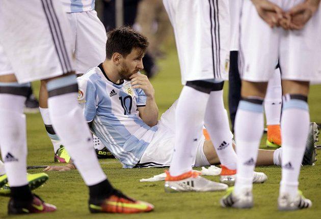 Argentinec Lionel Messi po nezdaru při rozstřelu čekal na vyhlášení výsledků amerického šampionátu.