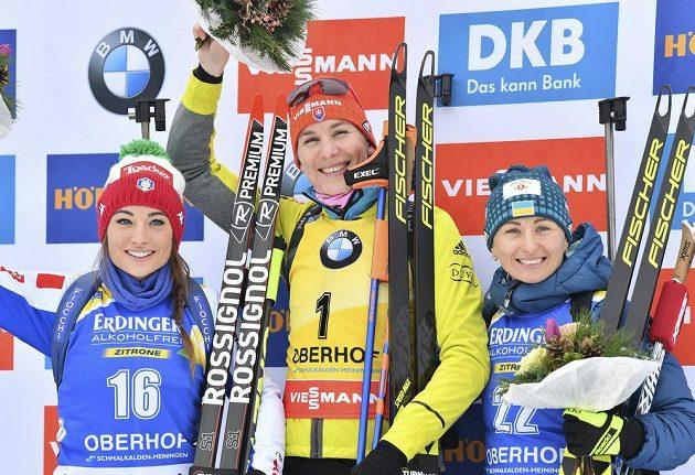 Tři nejlepší biatlonistky ze stíhačky SP v Oberhofu: (zleva) stříbrná Italka Dorothea Wiererová, vítězná Anastasia Kuzminová ze Slovenska a bronzová Ukrajinka Vita Semerenková.