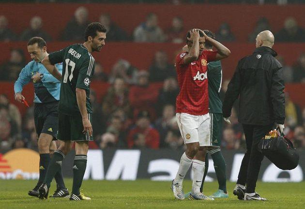 Fotbalista Manchesteru United Nani (v červeném) reaguje na červenou kartu, kterou inkasoval v utkání proti Realu Madrid.