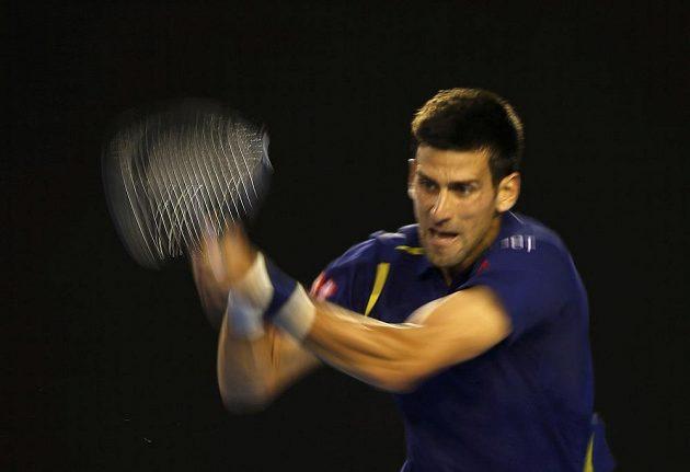 Srb Novak Djokovič v Melbourne při utkání se Švýcarem Rogerem Federerem.